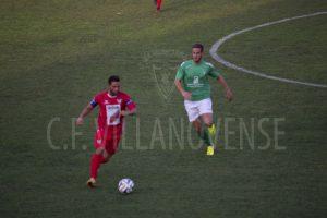 Carlos Fernández pelea un balón